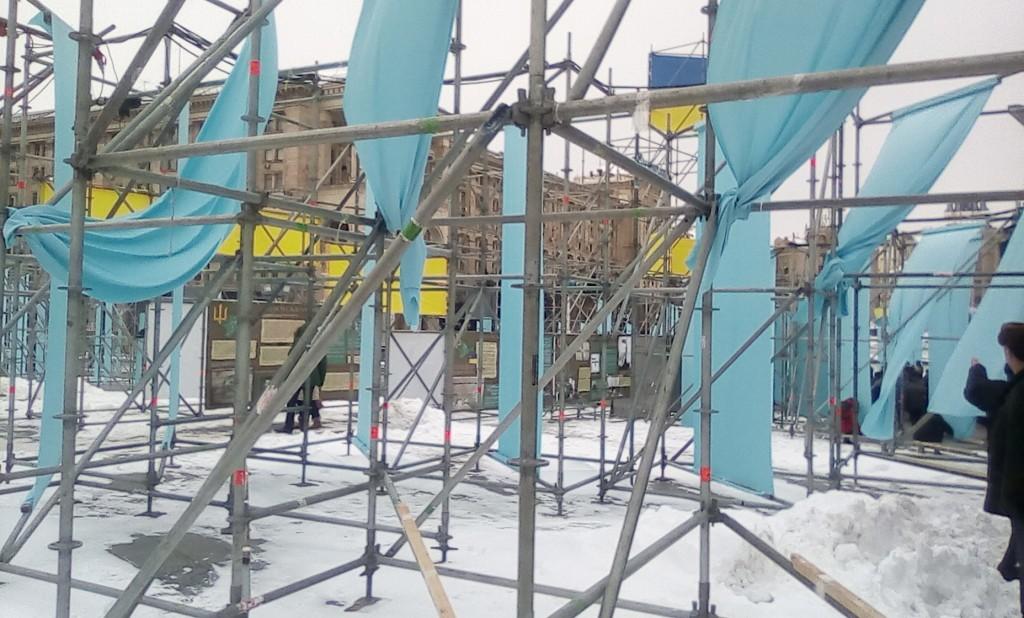 Заграждения на Майдане, установленные властями для препятствования мирным собраниям