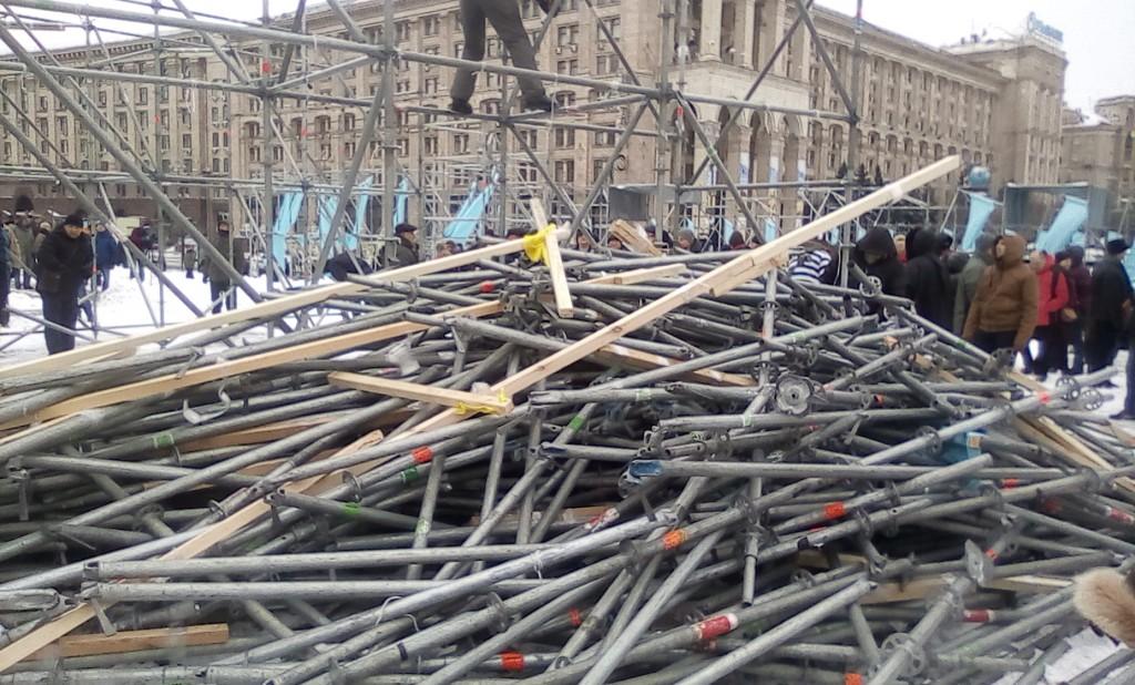 Граждане очистили центральную площадь Киева от коррупционного мусора